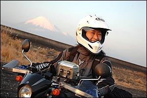 駿河湾側から写した富士山。視界に広がるまとわりつくダート、その感触を楽しむ。腕がそんなに立派じゃなくてもいい、好きに遊ぶ、それが気持ちいいのだ!