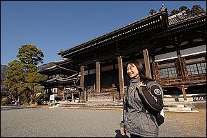鎌倉時代に日蓮聖人によって開かれた久遠寺。寺院の規模は迫力。目についた重厚な釣鐘は、低く霊山の身延山に響き渡るのだろう。