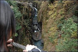 福士川渓谷に架かる段瀑の「七ツ釜滝」。遊歩道を歩いて行き吊橋から下に見ることができる。オススメは雪どけ水が豊富な新緑の季節で、岩にぶつかる白い泡が綺麗なんです