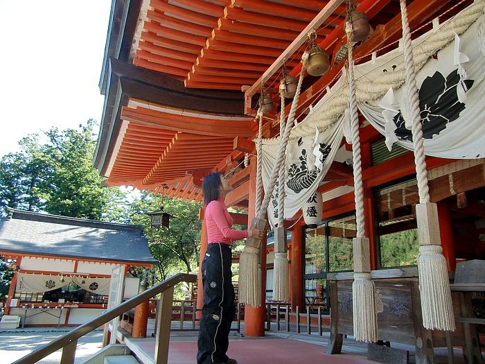 大きな翼のような屋根と朱色に塗られた神殿が美しい「金桜神社」。御神宝は水晶。約600本の桜が植えられ、本殿に黄金色の花を咲かせるウコン桜は、金の成る木として拝まれ、水晶の守りを受けると金運に恵まれるとか