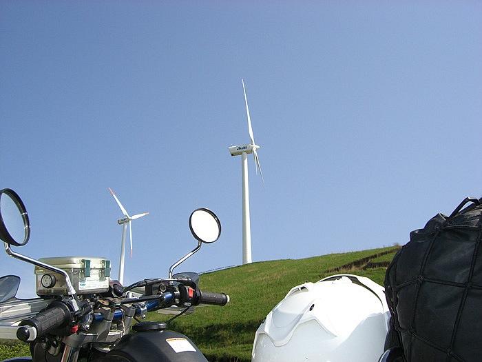 風力発電の風車が10基並ぶ、俵山峠越えの旧道。南阿蘇の雄大なロケーションが望めるワインディングが魅力だ。
