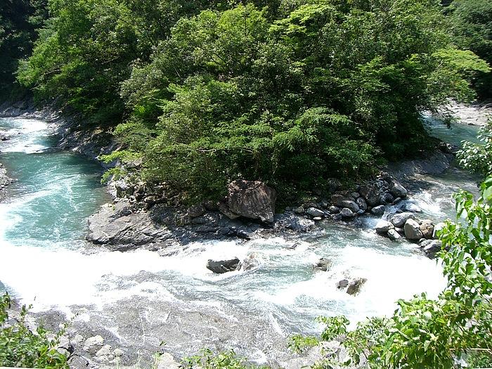 徳島県と高知県の県境にある矢筈峠を南下。曲がりくねった狭い道を抜けると、笹川沿いに県道49号を下る。上流には巨岩と清流が美しい笹渓谷が広がり、奥物部の自然美を眺めながらの下り道となる