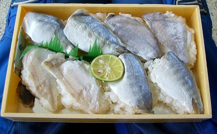 徳島県の郷土料理ぼうぜ(イボダイ)の姿寿司。酢でしめたぼうぜに、徳島名産のすだちを加えた酢飯を詰めたもの。現在でも秋祭りなどで食べる風習があり、ぼうぜの他にも、アユやアジなどを使った姿寿司も見かける