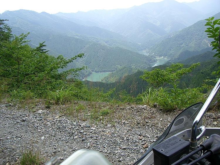 「自念子林道」から続く「竹の川林道」。走る毎に標高を上げ、長沢貯水池を見下ろせる