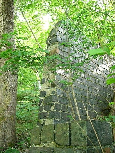 銅山林道には八茎鉱山跡がある。写真は黒色のカラミレンガ倉庫跡。カラミレンガとは金属を精製したカスをレンガ状に固めた物で壊れやすく、建物も一部しか残っていない。それがまた、光沢がいいんだよね