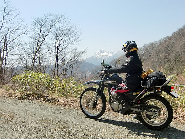 布森山の山頂近く、標高1060mを走る「林道小田達沢線」。尾根からは磐梯山を望み、原生林が豊かで夏の盛りと紅葉の景色は素しい