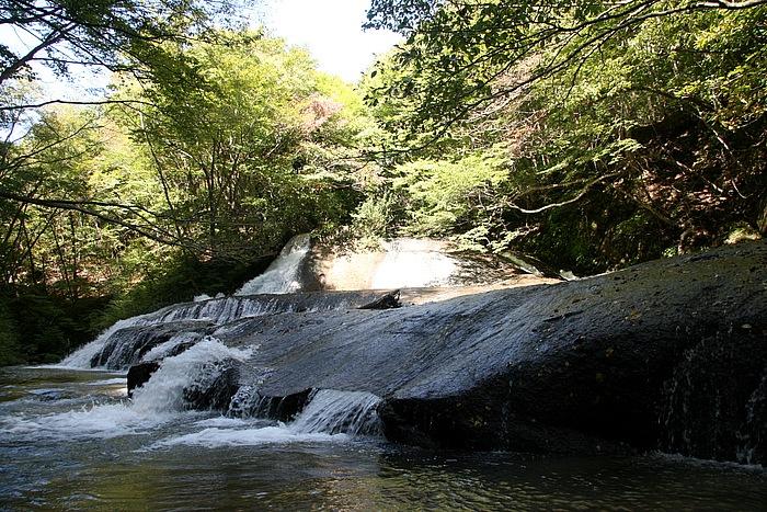 阿武隈川と鳥首川沿いに、滝めぐりができる「西の郷遊歩道」がある。雪割橋のたもとには、「西の郷遊歩道」の地図が有り、全長は約3.6km、コースが選べる。写真は、巨大な一枚岩の上を水が気持ちよく流れる「熊のすべり台」