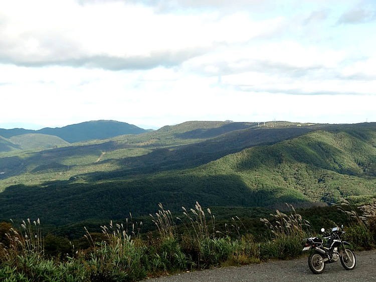 「二岐山林道」からは新緑の山並みと、その向こうに会津盆地を一望できる