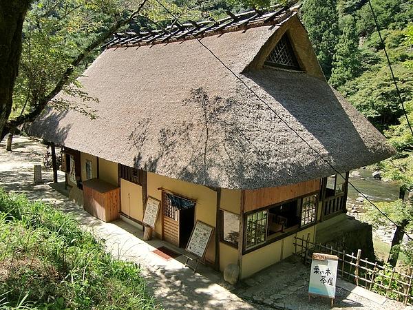 香嵐渓にある栗の木茶屋。我が家のカレーに似た、「野菜ごろごろカレー」に頬が緩んだ。渓谷沿いには、他に数軒の趣ある食事処あり