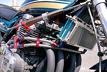 エンジンはストックの排気量のまま輸出用ハイカムをセット。FCR33φと組み合わせてパワーアップ。冷却系も万全だ。