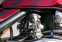 エンジンはスタンダードのままで、FCR39φを装着。これにPMC製モナカマフラーを組み合わせる。