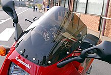 スクリーンはゼログラビティ製のダブルバブルタイプをセレクト。ヘッドライトはレイブリッグ製マルチリフレクターを組み込んでいる。