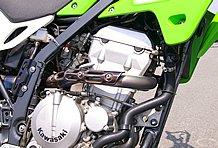 エンジンはKLX300Rのパーツを流用して292ccにボアアップし、ST-1カムを組む。それにあわせて補機類もすべて変更されている。