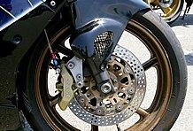 フロントブレーキはブレンボの4Pキャリパーに変更。リアはノーマルをマスターレス加工している。
