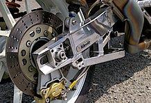 スイングアームはウィリー製の補強入りタイプを採用。ホイールも軽量なゲイルスピード製に交換されており、足回りのレベルアップはかなりのもの。
