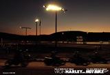 ハーレーダビッドソン 夕暮れ時のダートトラックレース