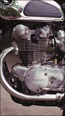ホンダの技術の粋を集めたDOHC2気筒エンジン。5速ミッションを採用し、最高出力45馬力、最高速度180kmを誇る。