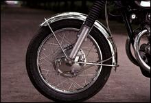 Fブレーキは2リーディングのドラムブレーキ。次のCB450セニアからディスクブレーキに変更される。