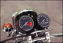 メーター類は野生的な外観が強調されたセパレートタイプを採用。スピードメーターは200kmまで刻まれている。