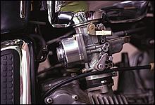 負圧式の2連キャブレターを装備。低速から高速までムラのない吸気が得られ、急加速もいたってスムーズ。