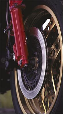 ベンチレーテッドディスクが標準装備なのは驚き。キャリパーは並列の2ポッド仕様で、後にこのパーツが他機種に転用された。
