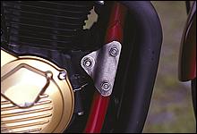 エンジンハンガーはアルミマテリアルを使用。細部に渡り、開発者のこだわりがひしひしと伝わってくるディティールだ。