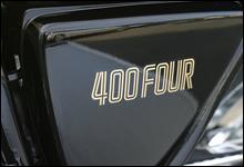 シンプルながらも個性を主張するサイドカバー。初代408ccモデルはタンクと同色のカバーを採用していた。