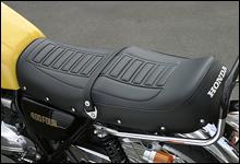 純正タイプのシート表皮だが、近年流行の段付き形状となっている。ノーマル形状のファンも数多い。