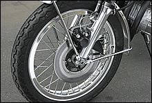 本来は鉄リムだが、走り屋の多くが当時からアルミリムに履き換えていた。スポークは36本仕様だ。