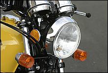 ナナハンの180φのヘッドランプに対し、やや小振りの162φランプを採用。凹レンズはシビエ製の証明だ。