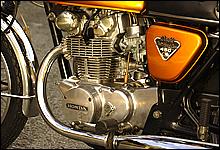 DOHCのバーティカルツインエンジンを採用。巨大なシリンダーヘッドの造形に迫力を感じる。