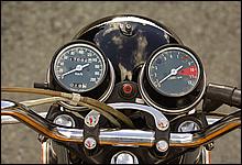 現代にはない、レトロな雰囲気のメーター。右側のスピードメーターの最高速度は200kmを指している。