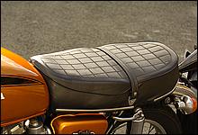 碁盤の目のようなラインを描くシート。CB750フォアとほとんど共通のデザインだが、前後長が少し短い。