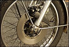 ドラムブレーキが主流だった当時に油圧式ディスクブレーキを採用。ローターは現在にない無骨なデザイン。
