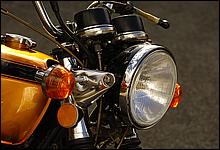 メーターの配置やヘッドライトケースなど、ヘッドライト周りのデザインは、英国車に通じるものがある。