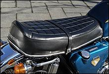 シート形状が独特なK0。レストアショップなどからシートレザーが販売されており、張替えも可能だ。