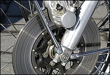 国産車初となるディスクブレーキを採用。モーターショー発表時は、モックアップ部品だったのは有名なお話し。