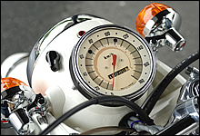 ヘッドライトケース一体デザインの置き針式スピードメーターは、CB77時代から同デザインで、CB450P(2気筒モデル)とは同一部品を採用しているようだ。