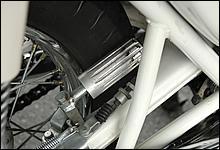 当時の白バイのサイレンはリアタイヤにフリクションドラムを押し付けて回転させる純メカニカル式。クラッチレバー下の専用レバーを引き続け、ドラムを回転させる。