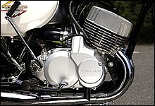 初代H1に搭載されるKAEエンジンは、点火システムに四輪車のようなディストリビューターを採用していた。