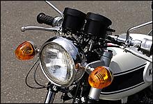 ハンドルはヨーロッパ仕様やオプションで設定されていた一文字ハンドルを装備。マッハファンには人気のパーツだ。