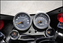 左にスピード、右にタコを配置する。98年式のこの車両は国内仕様のため、メーターには180km/hまでしか刻まれていない。