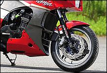 デビュー時はフロントに16インチホイールを採用していたが、90年モデルから17インチ化。ブレーキも年々改良が加えられている。