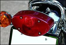 W1SAではリフレクターを2個装備したテールランプが採用されていたが、W3ではリフレクター1個が標準装備。