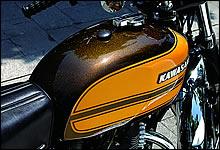 レストアの際に燃料タンクは当時と同じ手法でキャンディペイントが施されている。黒字に白抜きのエンブレムはW3の特徴。
