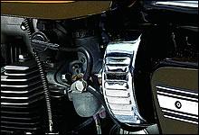VM28ツインキャブレターはスタータープランジャーを装備。スロットルにはアルマイト加工が施されている。