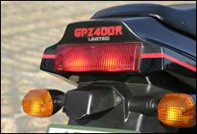 GPZ900Rに近い雰囲気のテール周り。カウルレスのFX400Rはテールランプが大型化されデザインも違う。