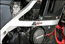 GPZ600Rではスチール製フレームだが、GPZ400Rでは「アルクロスフレーム」と呼ばれるアルミフレームが採用された。