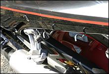 左右にはツーリングで便利な荷掛けフックも装備する。必要のないときには収納できる。また、ヘルメットホルダーも左右に装備。カワサキの親切装備と言われた。