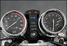 決して冒険することなく、オーソドックスなスタイルにまとめられたZ400FXのメーター回り。カウルを持たないネイキッドデザインに独立型メーターの造形がよく似合う。